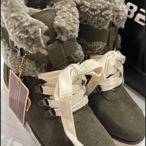 Brand new Ugg boot size 6